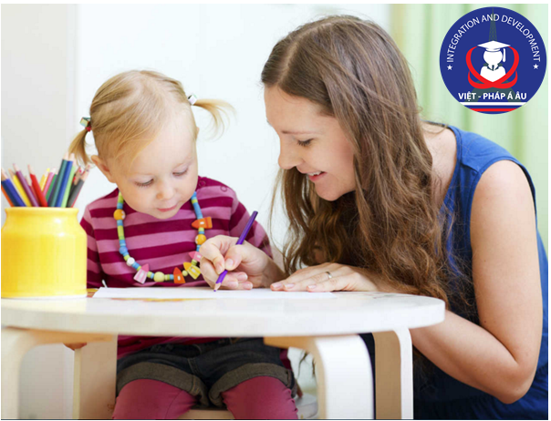 Au pair giúp trẻ học bài