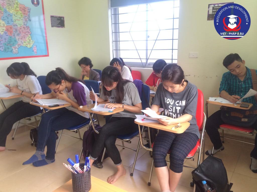Lớp học luyện TCF - các bạn học viên đang làm đề thi thử TCF