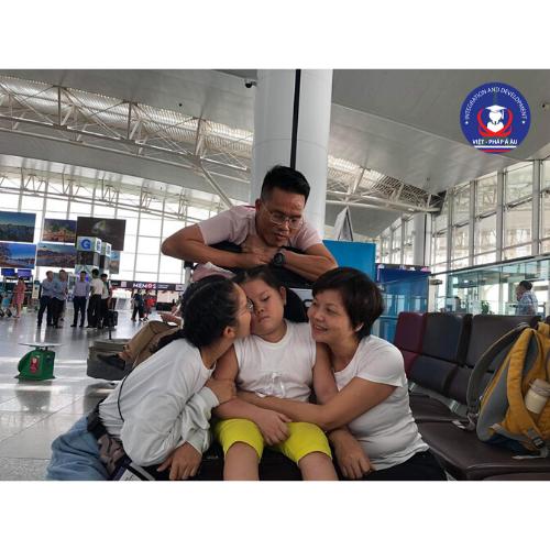 chia tay gia đình ở sân bay