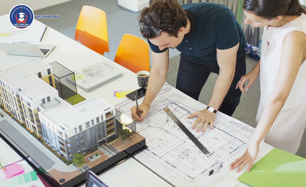 Kiến trúc sư đang vẽ thiết kế